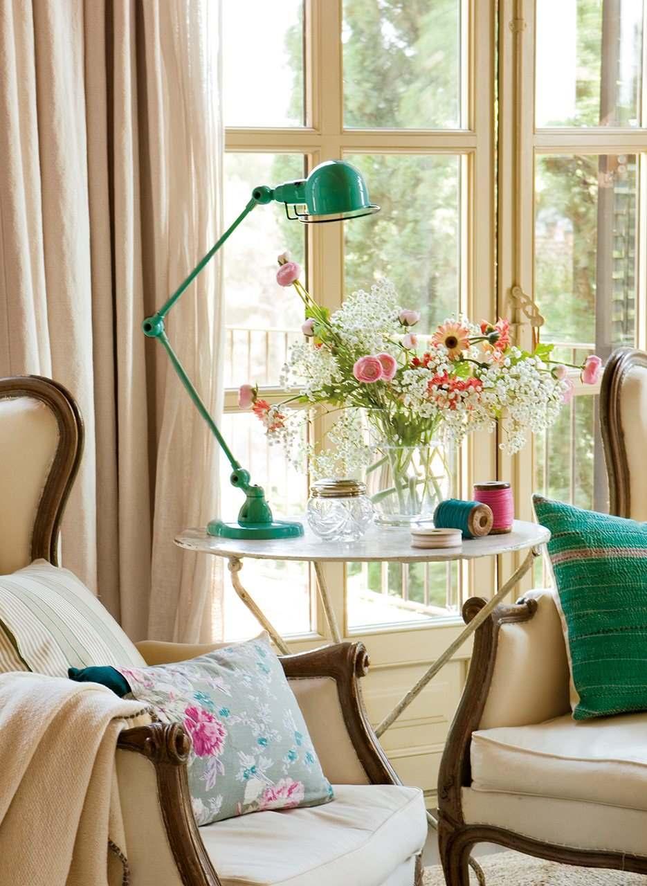 Красивая бежево-голубая спальня в винтажном стиле