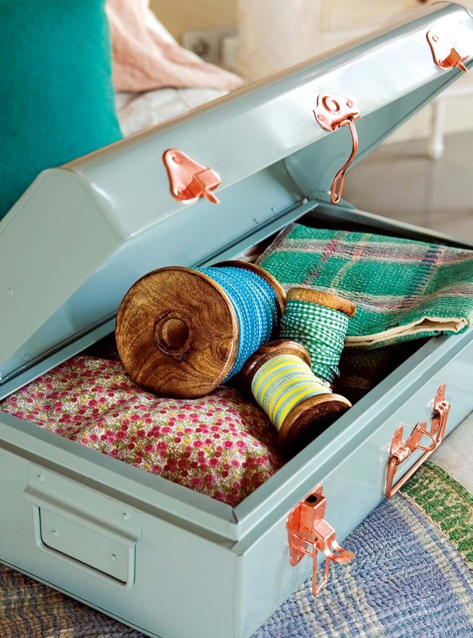 Красивая бежево-голубая спальня в винтажном стиле4