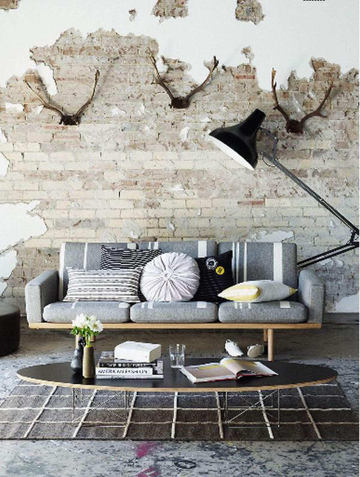 Белая кирпичная стена в интерьере современной квартиры18