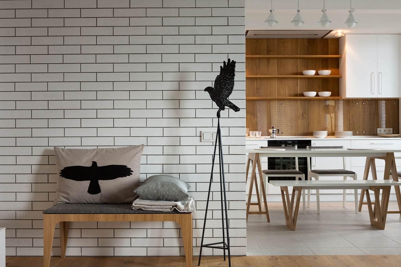 Белая кирпичная стена в современном интерьере