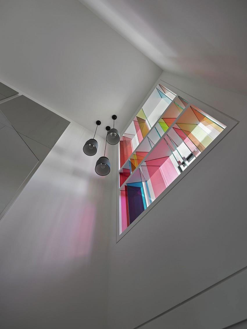 Интерьер современной квартиры приправленный красками (8)