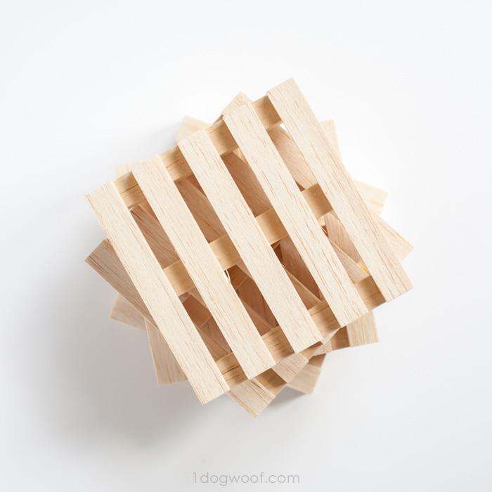 Деревянные подставки под чашки в виде паллетов