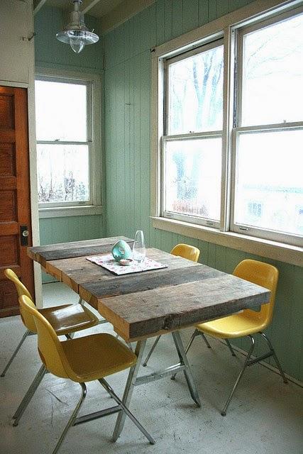 Сочетание старого стола и современных стульев. ТОП 16